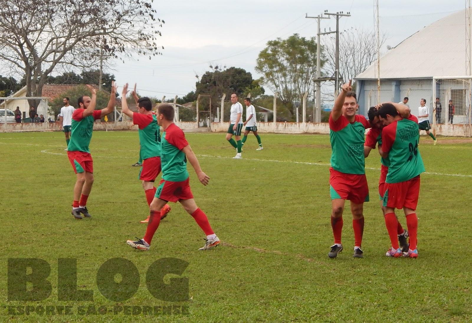 Os jogadores palmeirenses comemorando o 1º gol da equipe 19759e3ef4bef