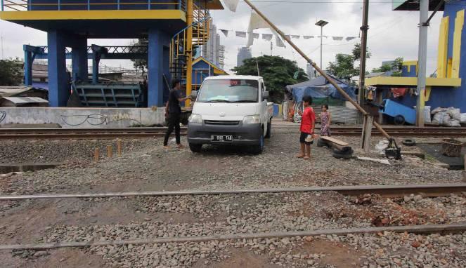 Mobil Mogok di Rel KRL