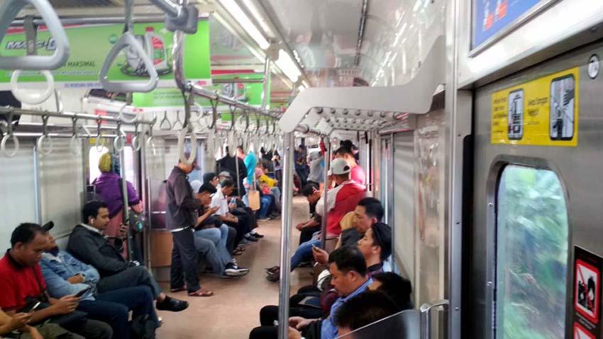 Suasana dalam gerbong KRL Commuter Line pada hari libur di siang hari