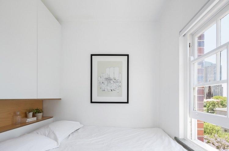 dormitorio pequeño con módulo almacenaje en el cabecero