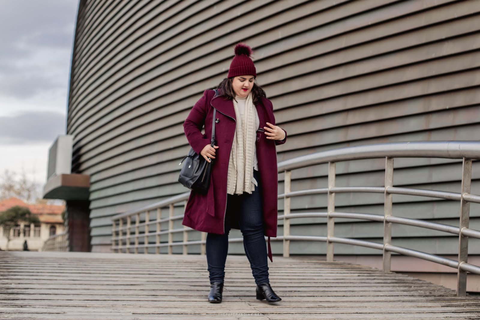 A burgundy OOTD with details, jeans and a lot of style.