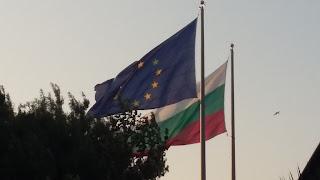 Banderas búlgara y de la Unión Europea ondeando en Burgas.
