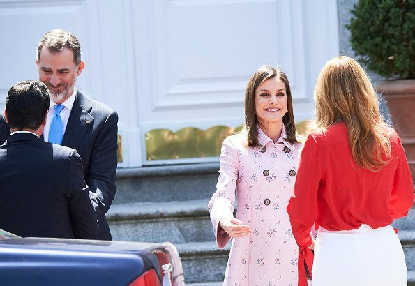 King Felipe and Queen Letizia held a lunch at Zarzuela Palace for President of Mexico, Enrique Peña Nieto and his wife Angélica Rivera. Letizia wore pink coat