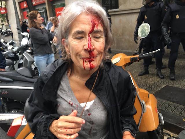 Καταλονία - ΧΑΟΣ: Η στιγμή που Αστυνομικοί εισβάλουν και παίρνουν τις κάλπες!