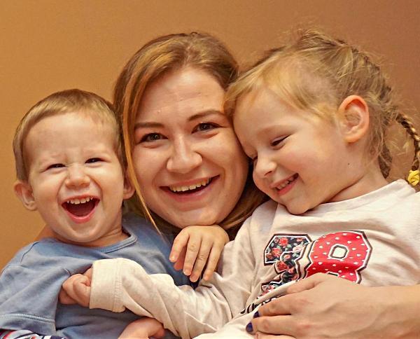 mama w wielodzietnej rodzinie z dzieciakami i pełnym uśmiechem