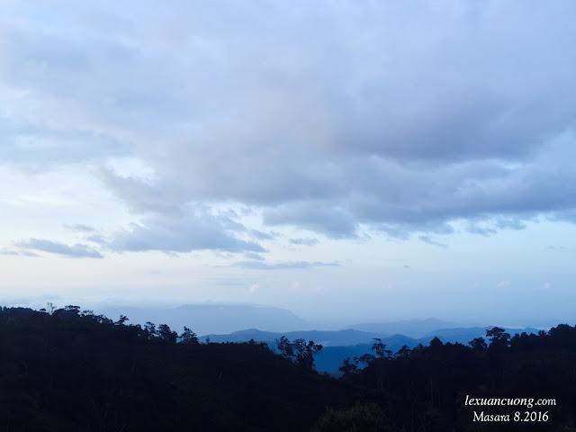 Sáng sớm ở Masara, Cả không gian vẫn chìm trong sương sớm.