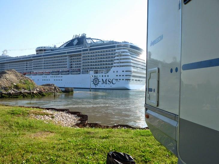 foto Crucero MSC desde Camping Fusina. Venecia | caravaneros.com