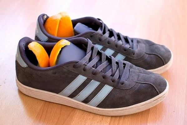 1- قشر البرتقال رائحة الحذاء الكريهة