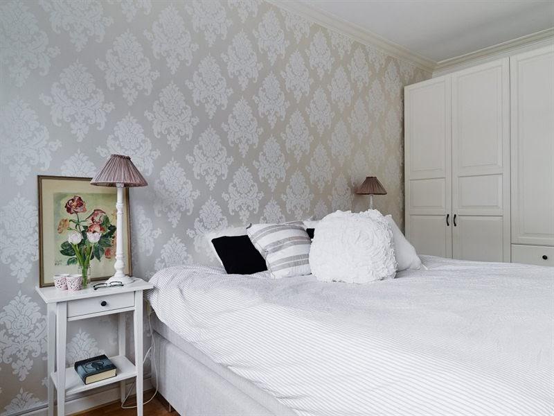 Szare ściany, parkiet i meble w różnych stylach, wystrój wnętrz, wnętrza, urządzanie domu, dekoracje wnętrz, aranżacja wnętrz, inspiracje wnętrz,interior design , dom i wnętrze, aranżacja mieszkania, modne wnętrza, styl skandynawski, białe wnętrza, sypialnia