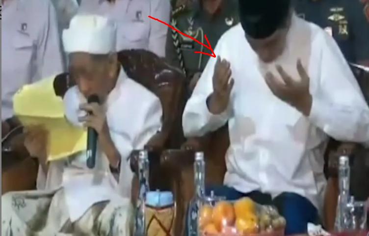 Netizen Dibuat Ngakak, Yang Datang Jokowi, Mbah Moen Malah Doakan Prabowo