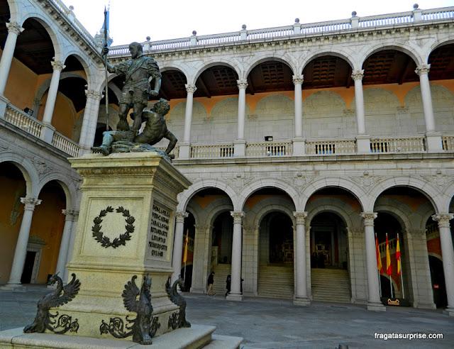 Estátua de Carlos V em um pátio do Alcázar de Toledo