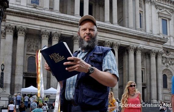 Predicador de la calle con Biblia