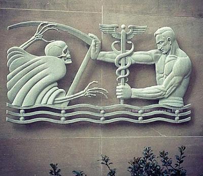 Krankenhaus witzig - Medizin Symbol - Mann kämpft mit Hermesstab gegen Tod
