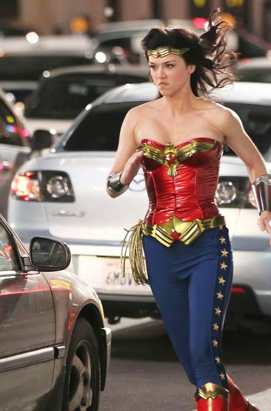 Adrianne Palicki - Wonder Woman - en acción