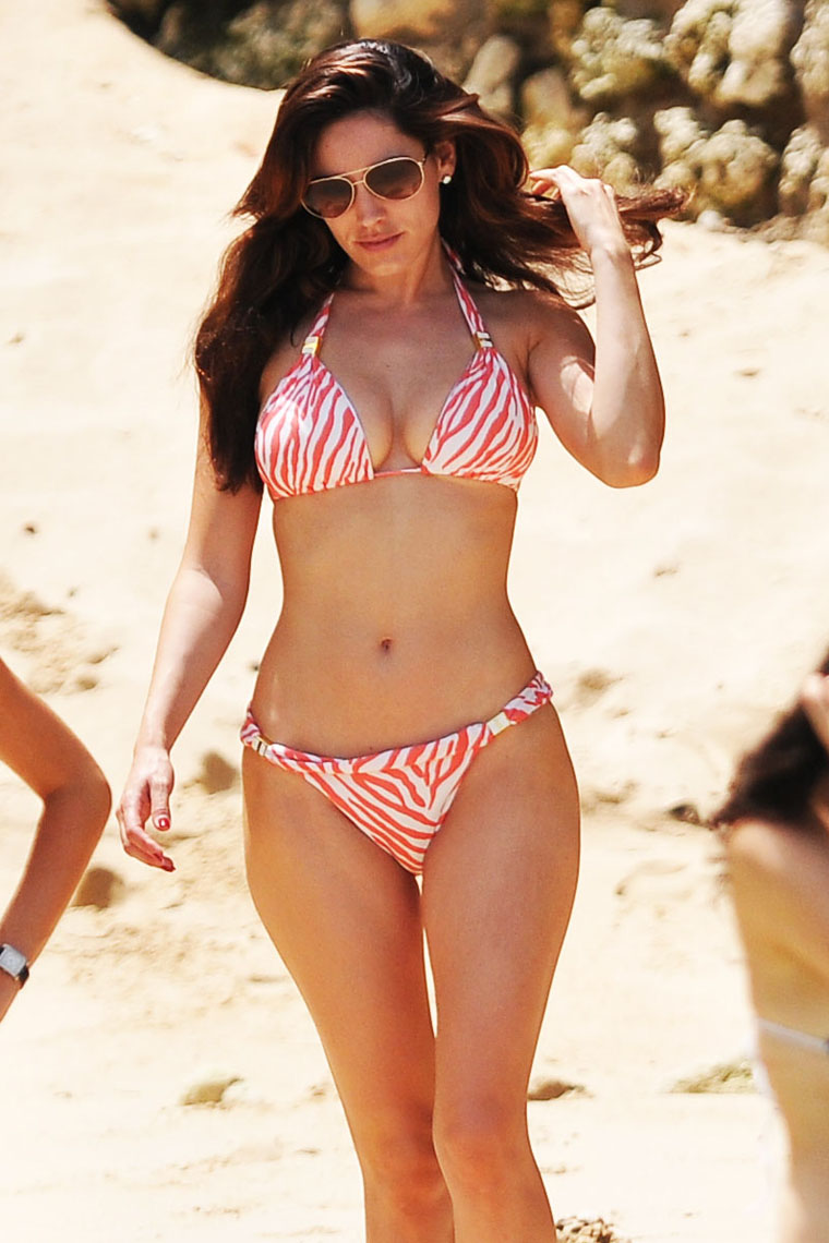 Kelly Brook Looks Hot in Awesome Bikni HD