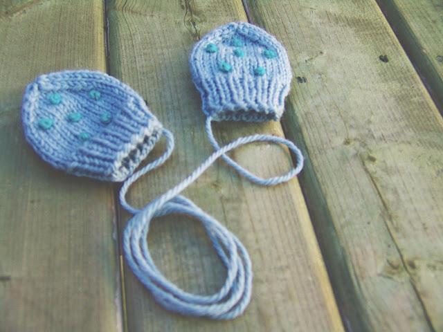 Mitaines bleues tricotées avec broderie