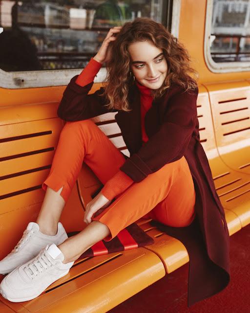 Сочетание аналогичных цветов в одежде бордовый и оранжевый