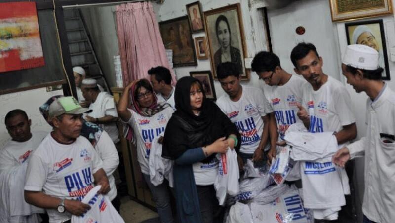 Komunitas JMP membagikan kaus pilih gubernur muslim