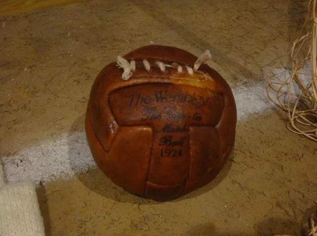 A primeira bola de couro da história do futebol (Imagem: Reprodução/Internet)