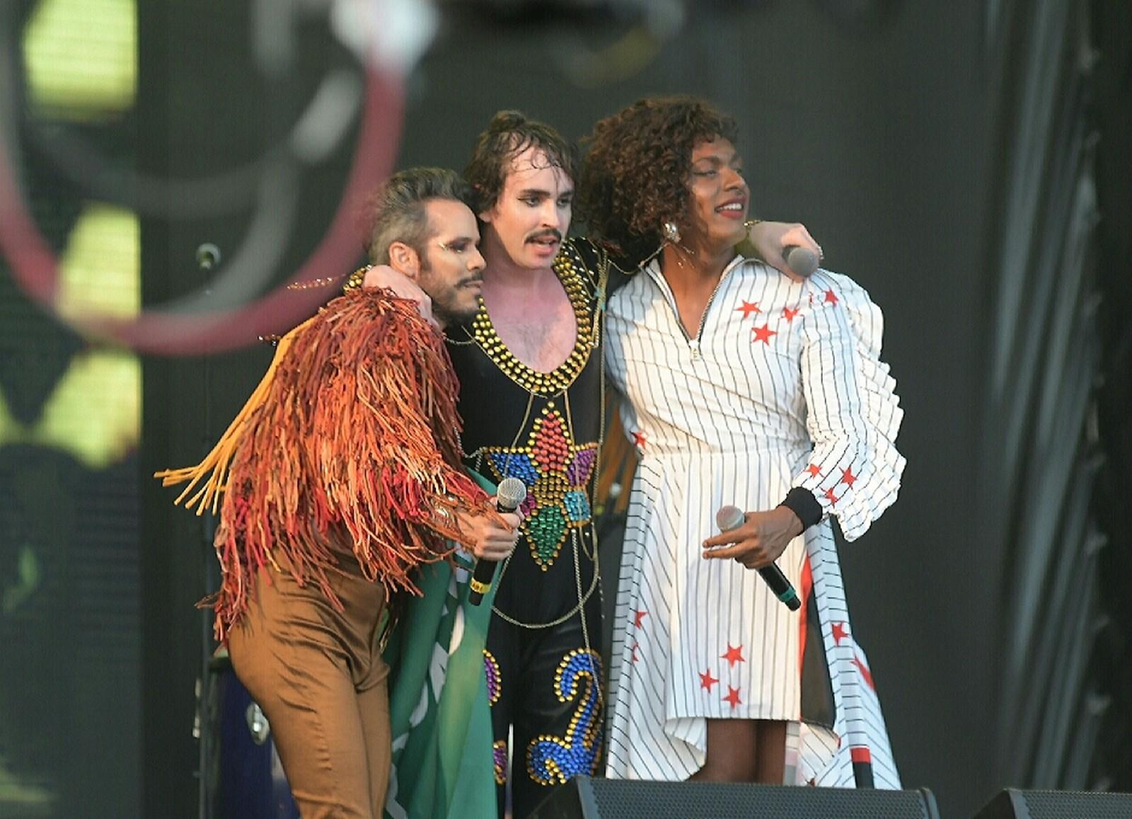 Com beijão, Johnny Hooker e Liniker protestam contra LGBTfobia no Rock In Rio
