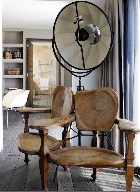 casa en Ibiza decorada con aire bohemio sillas madera artesanales chicanddeco