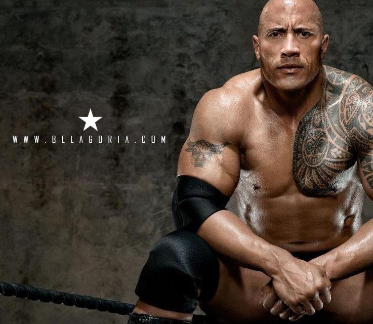 Vemos a Dwayne johnson posando con tatuaje toro en el brazo