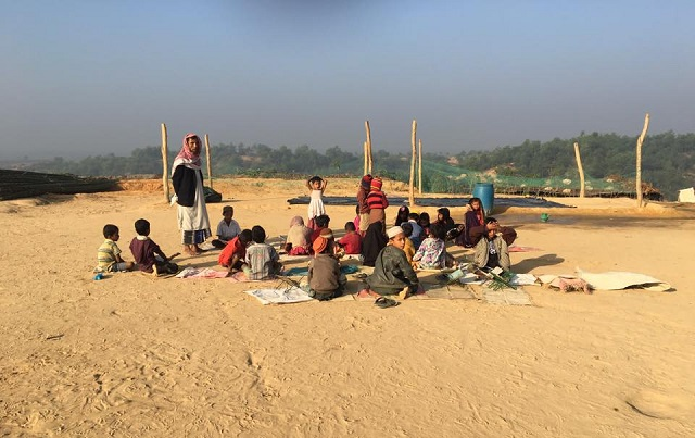 Anak Rohingya Guna Naskhah Al-Quran Koyak Belajar Mengaji