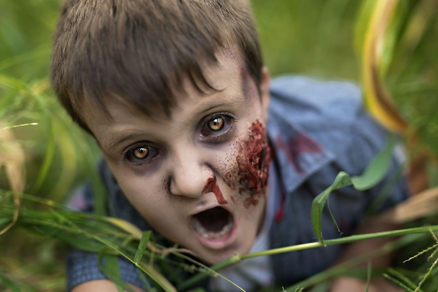 As A Photographer Amanda Alvares Makes Her Customers Zombies for Halloween