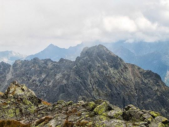 Kozi Wierch (słow. Kozí vrch, 2291 m n.p.m.). Przed nim widoczne są Kozie Czuby (słow. Kozí Czuby, 2266 m n.p.m.).