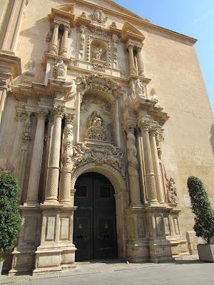 Entrada principal a la basílica de Sta. María de Elche