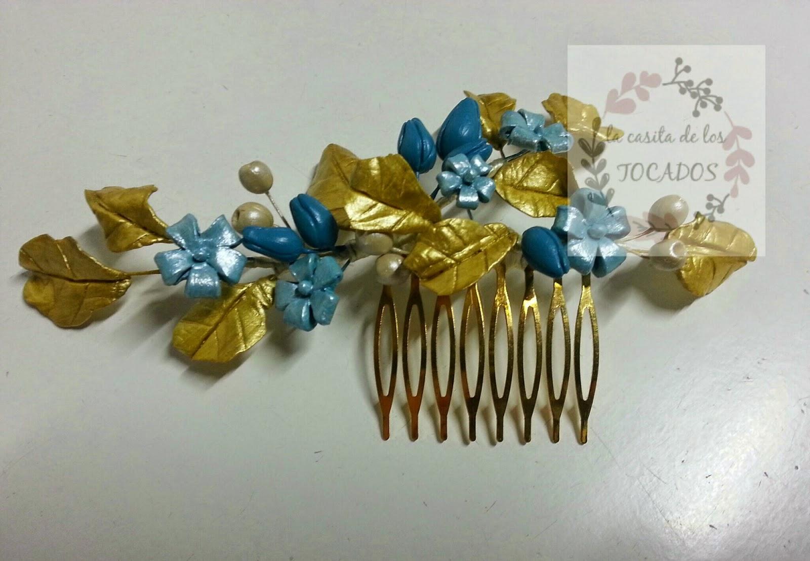 tocado de porcelana para invitada en colores dorado y turquesa con hojas y flores