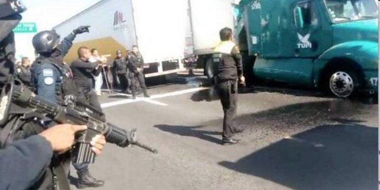 VIDEO: Policías desatan lluvia de disparos contra ladrones de trailers