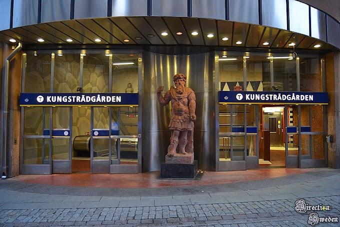Kungsträdgården - stacja metra i jarmark świąteczny