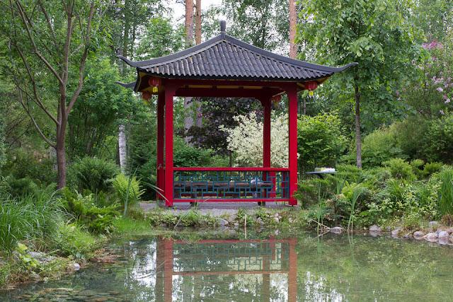 Lampi ja katos kiinalaistyylisessä puutarhassa.