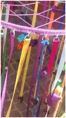 detalle de como van colocadas las cintas por medio de argollas