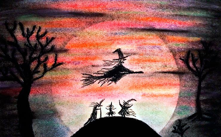 Fliegende Hexe am Himmel über einem Berg