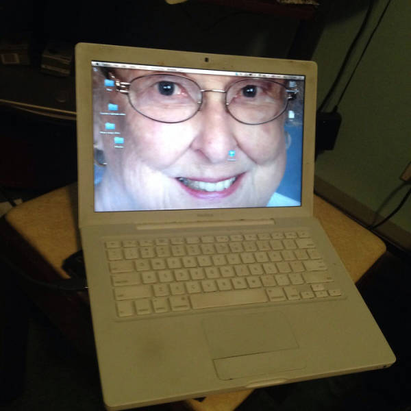 When Elder People Meet Technology, We Get These Hilarious Photos (22 pics).