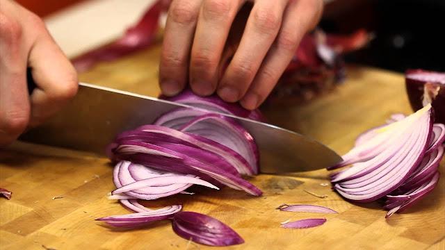 Trucos sencillos para cortar cebolla sin llorar