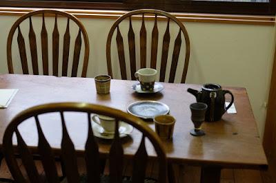 鳥取の窯元・工芸 クラフト館 岩井窯 喫茶HANA 器とテーブルと椅子