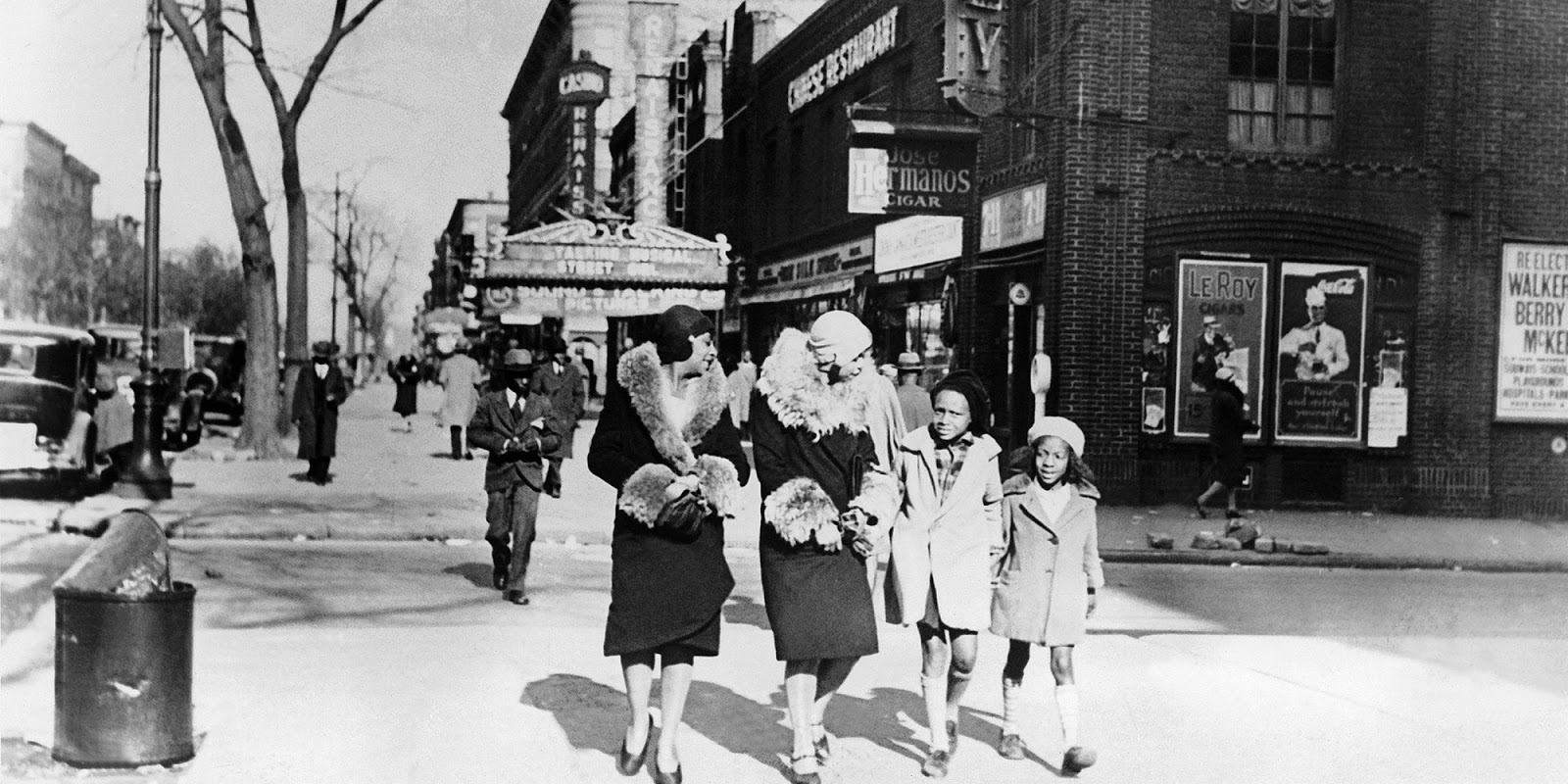 For our feature today, I found this wonderful photograph of ladies in  Harlem in 1933. I just love their fashion, as well as the fashion on the  children.