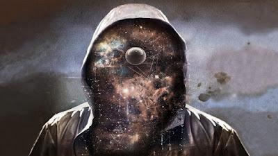 Encapuchado con una galaxia en lugar de rostro