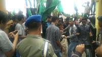 Massa HMI Melempar Kaleng Pestisida dan Bawang Merah ke Halaman Kantor Bupati Bima