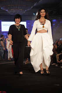 Meenakshi Dixit Walks the Ramp At Designer Nidhi Munim Summer Collection Fashion Week (10).JPG