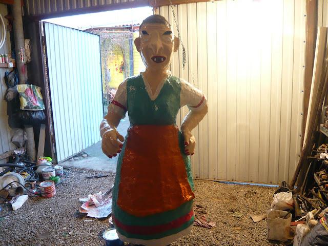 Баба Яга, кукла Баба-Яга, кукла Бабка, куклы, куклы магические, куклы народные, куклы обережные, куклы обрядовые, куклы славянские, куклы текстильные, куклы-мотанки, куклы-скрутки, магия, магия деревенская, обереги, обереги домашние, персонажи сказочные, рукоделие лоскутное, рукоделие магическое, рукоделие обережное, рукоделие обрядовое, рукоделие славянское, символика, славянская культура, текстиль, традиции народныебаба яга из пластиковых бутылок и монтажной пены, садовые фигуры из пластиковых бутылок и монтажной пены, своими руками, мастер класс, пошаговое фото, сказочный персонаж из отходных материалов, персонаж Баба-Яга, обустройство приусадебного учаска, делаем сами, декор дачи и двора, идеи для детского сада, баба яга скульптура, http://handmade.parafraz.space/