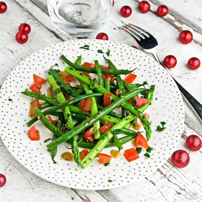 Salade van gegrilde groene aspergepuntjes, haricots verts en tomaat