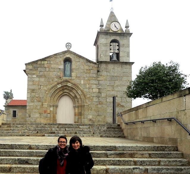 Duas mulheres em frente à uma igreja da Rota do Românico