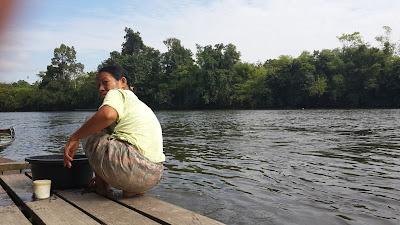 Mencuci di sungai Mendalam Blogger Pontianak