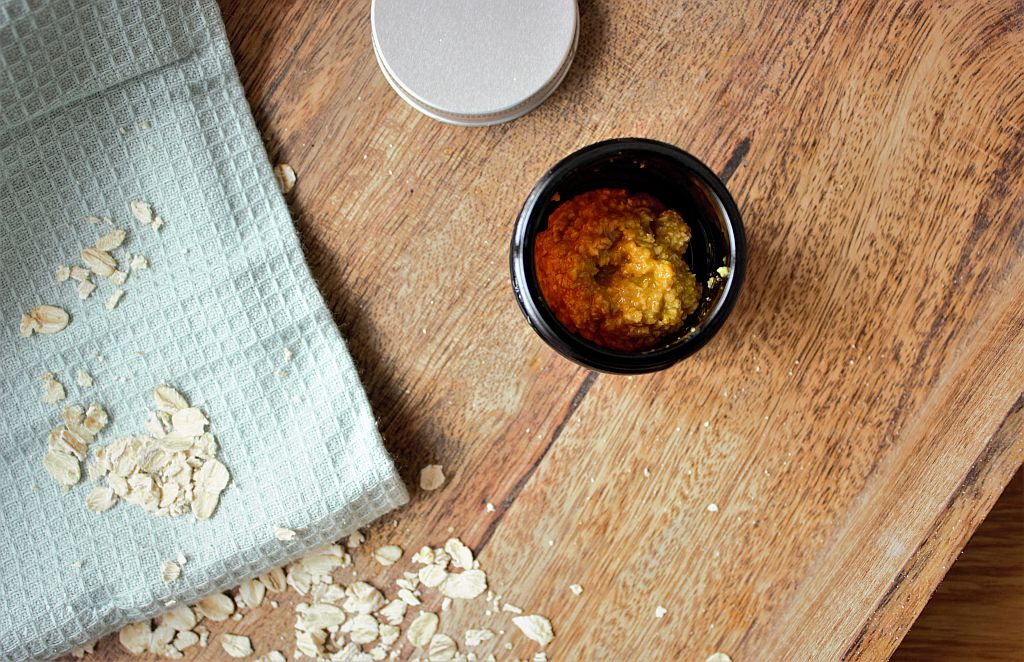 Домашна маска за лице с овесени ядки, мед и куркума