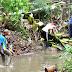 Resik-Resik Kali Setengah Hati. Sampah Menumpuk Di Tepi Sungai.