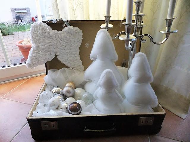 Weihnachtsdeko mit Koffer, Kugeln und Flügel
